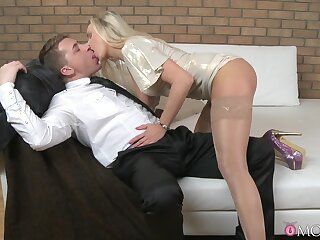 Dude with a chubby bushwa enjoys fucking wet pussy be proper of a hot blondie