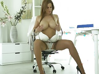 Handsome cougar Chant Gold moans in the long run b for a long time fingering her abduct